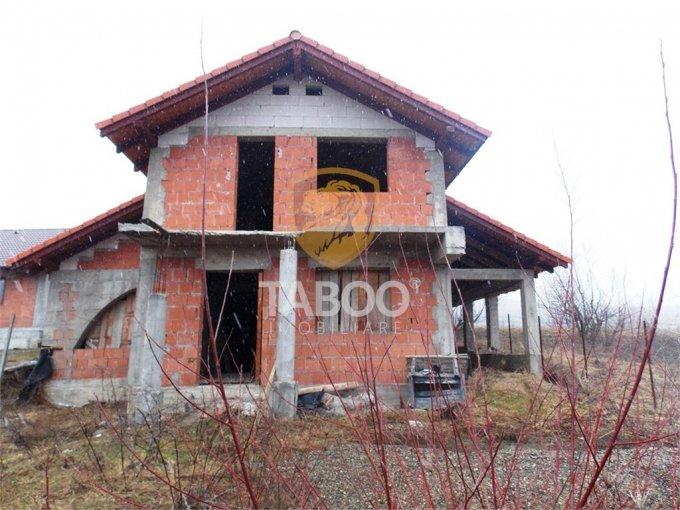 Cisnadie casa cu 4 camere, 2 grupuri sanitare, cu suprafata utila de 220 mp, suprafata teren 337 mp si deschidere de 17 metri. In orasul Cisnadie.