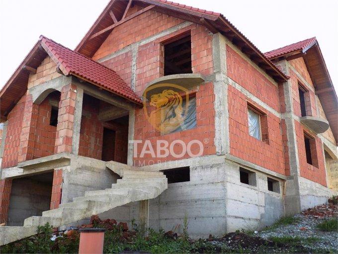 Sura Mare casa cu 4 camere, 1 grup sanitar, cu suprafata utila de 204 mp, suprafata teren 444 mp si deschidere de 13 metri. In comuna Sura Mare.