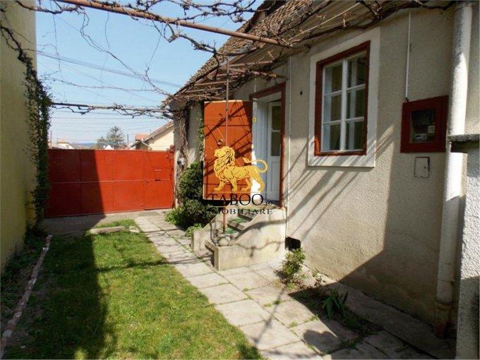 Casa de vanzare in Sibiu cu 5 camere, cu 2 grupuri sanitare, suprafata utila 120 mp. Suprafata terenului 730 metri patrati, deschidere 11 metri. Pret: 115.000 euro. Casa