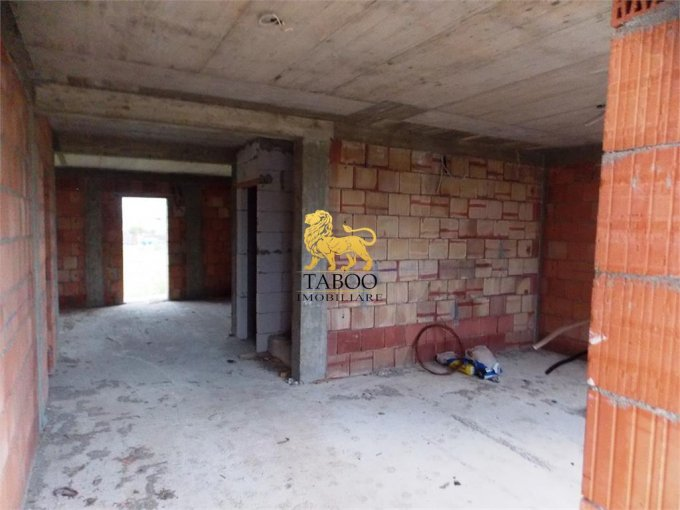 vanzare Casa Sibiu Calea Cisnadiei cu 5 camere, 2 grupuri sanitare, avand suprafata utila 140 mp. Pret: 62.000 euro. agentie imobiliara vand Casa.