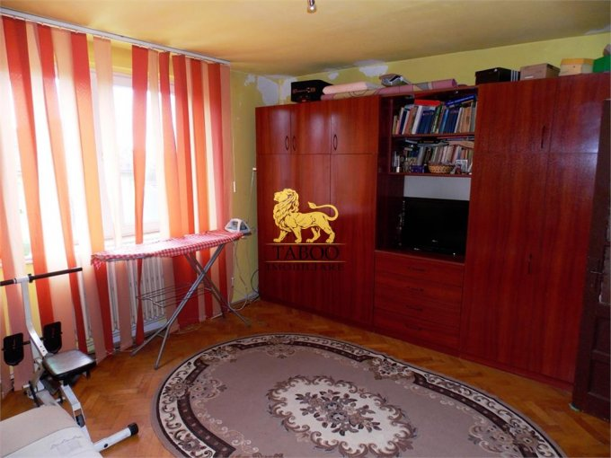 Casa de vanzare in Sibiu cu 5 camere, cu 2 grupuri sanitare, suprafata utila 82 mp. Suprafata terenului 641 metri patrati, deschidere 13 metri. Pret: 102.000 euro. Casa