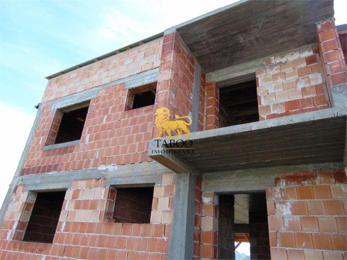 Casa de vanzare in Sibiu cu 5 camere, cu 2 grupuri sanitare, suprafata utila 181 mp. Suprafata terenului 450 metri patrati, deschidere 20 metri. Pret: 68.000 euro. Casa