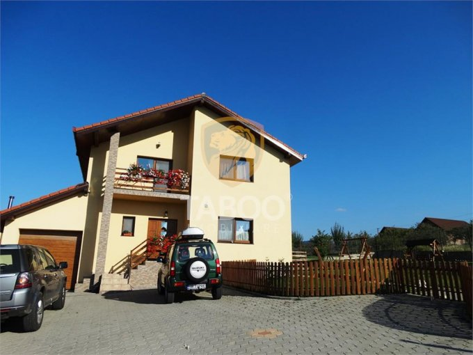 Cisnadie casa cu 5 camere, 2 grupuri sanitare, cu suprafata utila de 198 mp, suprafata teren 1100 mp si deschidere de 10 metri. In orasul Cisnadie.