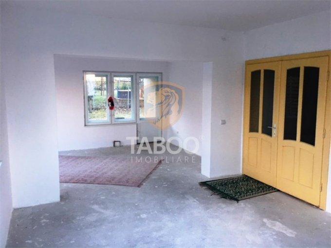 Casa de inchiriat in Sibiu cu 5 camere, cu 2 grupuri sanitare, suprafata utila 200 mp. Suprafata terenului 270 metri patrati, deschidere 6 metri. Pret: 800 euro. Casa