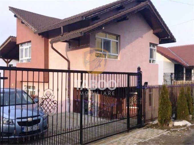 Strand Sibiu casa cu 5 camere, 3 grupuri sanitare, cu suprafata utila de 167 mp, suprafata teren 320 mp si deschidere de 16 metri. In orasul Sibiu Strand.