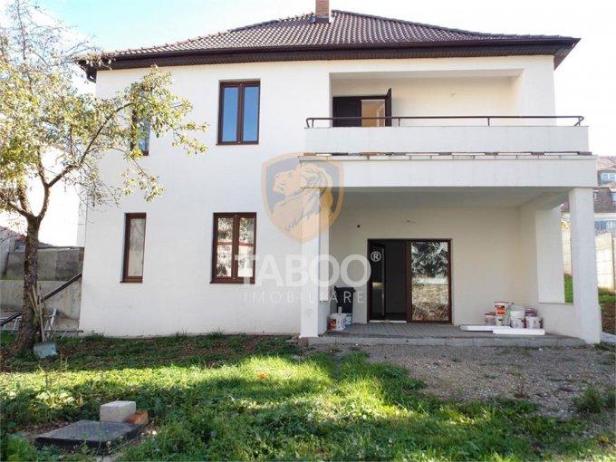 Strand Sibiu casa cu 5 camere, 2 grupuri sanitare, cu suprafata utila de 300 mp, suprafata teren 1000 mp si deschidere de 25 metri. In orasul Sibiu Strand.