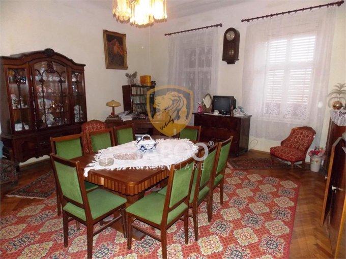 Casa de vanzare in Sibiu cu 5 camere, cu 2 grupuri sanitare, suprafata utila 200 mp. Suprafata terenului 685 metri patrati, deschidere 15 metri. Pret: 330.000 euro. Casa