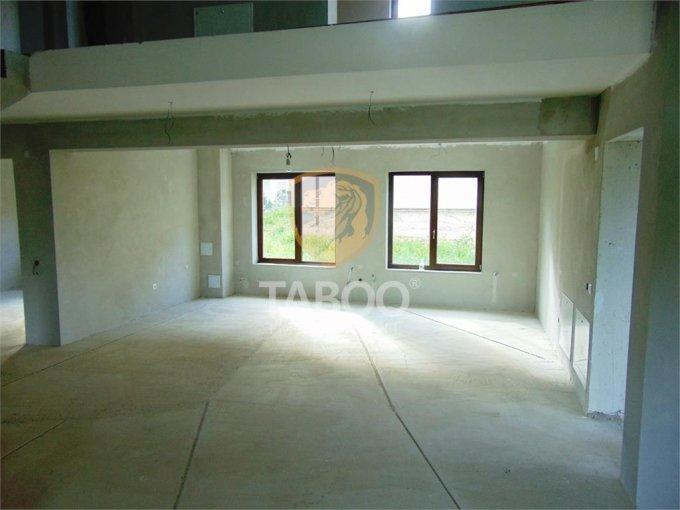 Casa de vanzare direct de la agentie imobiliara, in Cisnadie, cu 124.000 euro. 3 grupuri sanitare, suprafata utila 220 mp. Are  5 camere.