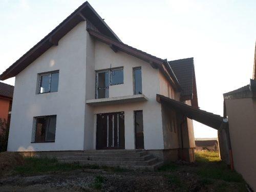 Casa de vanzare in Sura Mica cu 5 camere, cu 3 grupuri sanitare, suprafata utila 160 mp. Suprafata terenului 400 metri patrati, deschidere 14 metri. Pret: 78.000 euro. Casa