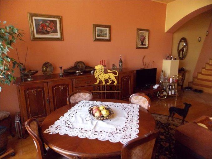 Piata Cluj Sibiu casa cu 6 camere, 2 grupuri sanitare, cu suprafata utila de 310 mp, suprafata teren 400 mp si deschidere de 10 metri. In orasul Sibiu Piata Cluj.