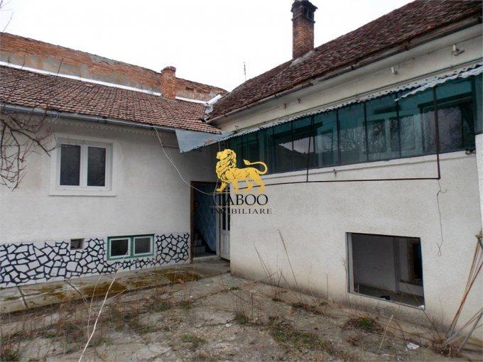 Casa de vanzare in Sibiu cu 6 camere, cu 3 grupuri sanitare, suprafata utila 560 mp. Suprafata terenului 4000 metri patrati, deschidere 35 metri. Pret: 160.000 euro. Casa