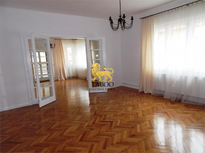 Casa de inchiriat direct de la agentie imobiliara, in Sibiu, zona Parcul Sub Arini, cu 2.300 euro. 3 grupuri sanitare, suprafata utila 210 mp. Are  6 camere.