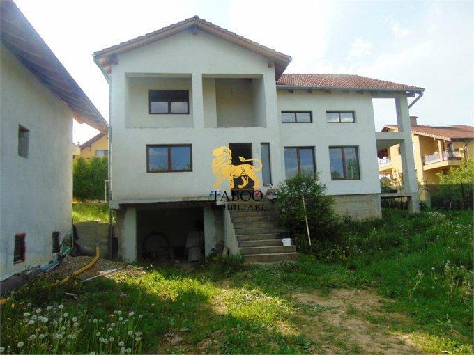 Casa de vanzare in Cisnadie cu 6 camere, cu 3 grupuri sanitare, suprafata utila 220 mp. Suprafata terenului 600 metri patrati, deschidere 25 metri. Pret: 128.000 euro. Casa