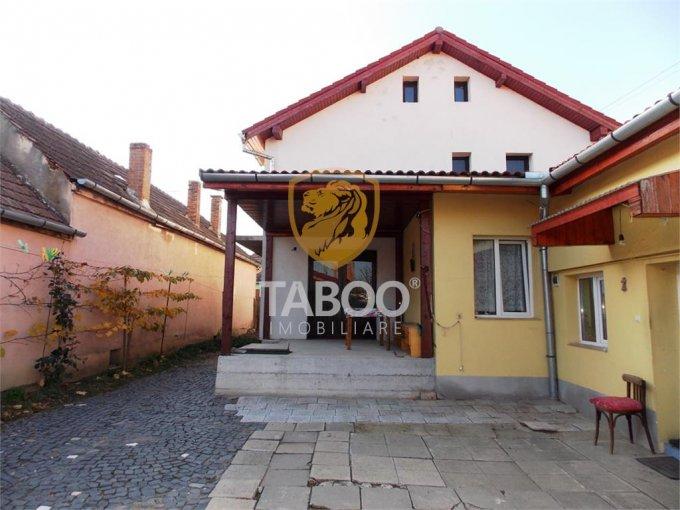 Casa de vanzare in Sibiu cu 6 camere, cu 3 grupuri sanitare, suprafata utila 180 mp. Suprafata terenului 600 metri patrati, deschidere 12 metri. Pret: 135.000 euro. Casa