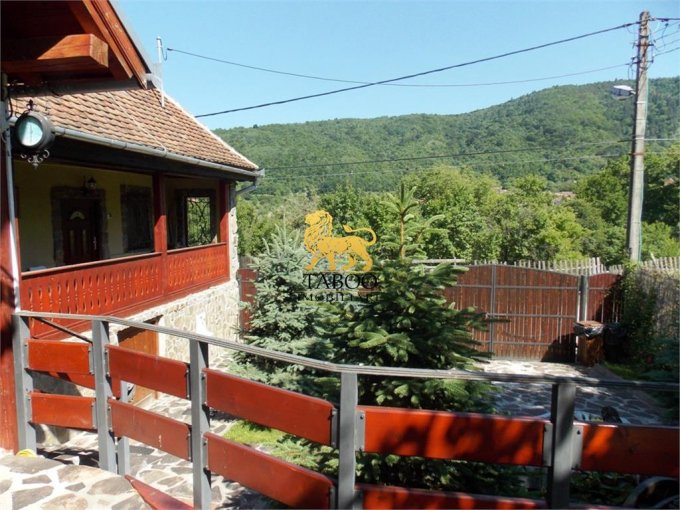 Sibiel casa cu 7 camere, 2 grupuri sanitare, cu suprafata utila de 155 mp, suprafata teren 500 mp si deschidere de 15 metri. In localitatea Sibiel.