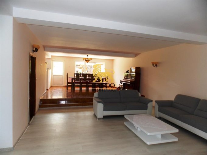 Casa de vanzare direct de la agentie imobiliara, in Sura Mare, cu 255.000 euro. 2 grupuri sanitare, suprafata utila 400 mp. Are  7 camere.
