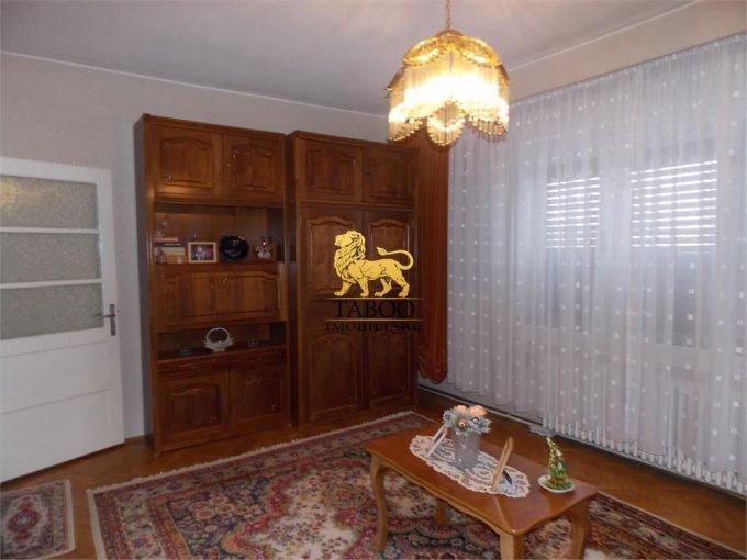 Casa de vanzare in Sibiu cu 7 camere, cu 4 grupuri sanitare, suprafata utila 250 mp. Suprafata terenului 240 metri patrati, deschidere 10 metri. Pret: 145.000 euro. Casa
