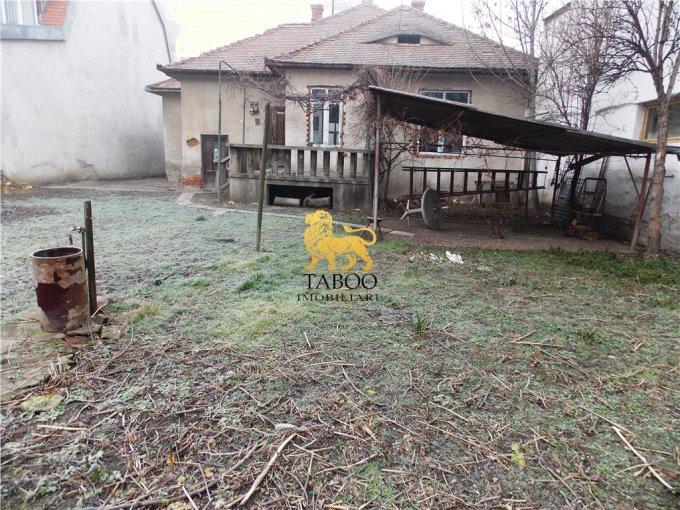 Casa de vanzare direct de la agentie imobiliara, in Sibiu, cu 280.000 euro. 3 grupuri sanitare, suprafata utila 300 mp. Are  8 camere.