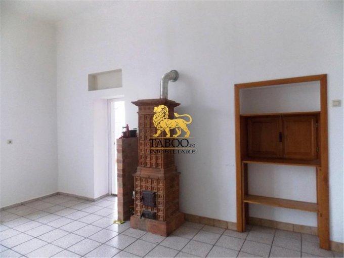 Casa de vanzare direct de la agentie imobiliara, in Sibiu, cu 255.000 euro. 2 grupuri sanitare, suprafata utila 300 mp. Are  9 camere.