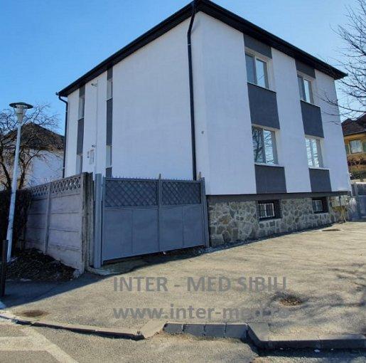 Casa de inchiriat in Sibiu cu 9 camere, cu 3 grupuri sanitare, suprafata utila 240 mp. Suprafata terenului 280 metri patrati, deschidere 20 metri. Pret: 2.299 euro. Casa