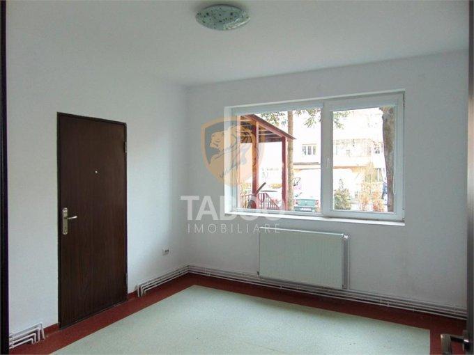 de inchiriat spatiu comercial cu 4 incaperi, 2 grupuri sanitare, suprafata de 60 mp. In orasul Sibiu. 650 euro.
