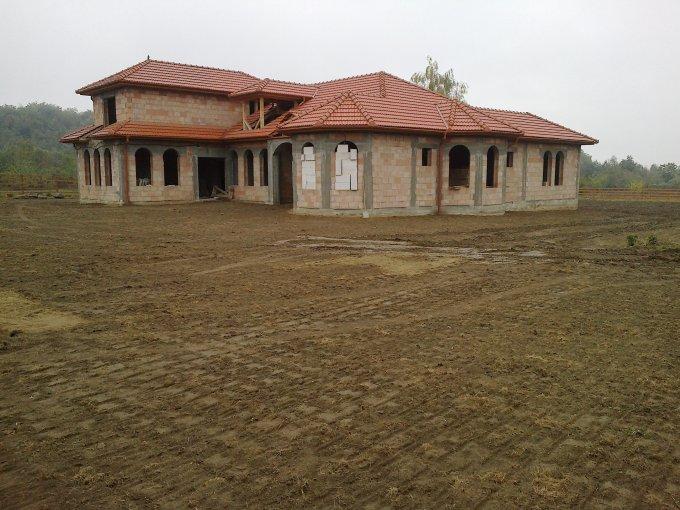 Vila de vanzare cu 8 camere, cu 2 grupuri sanitare, suprafata utila 350 mp. Suprafata terenului 350 metri patrati, deschidere 80 metri. Pret: 55.000 euro. Vila
