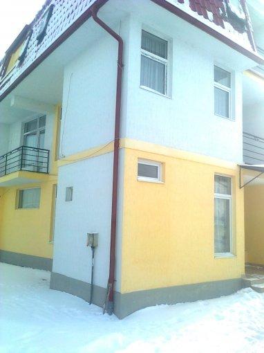 Vila de inchiriat direct de la agentie imobiliara, in Selimbar, cu 800 euro. 6  balcoane, 1 grup sanitar, suprafata utila 20 mp. Are 2 etaje si 7 camere.